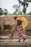 THANGAUR, ИНДИЯ 13-ОЕ ФЕВРАЛЯ: Индийский работник 13-ого февраля 2013 Стоковая Фотография