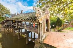 Thanh Toan tegelplatta roofted täckt bro, Vietnam Arkivbilder