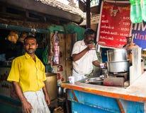 THANJAVOUR,印度- 2月13 :一个未认出的印地安人倾吐 免版税库存照片