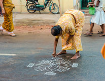 THANJAVOUR,印度- 2月14 :一名未认出的妇女油漆或 库存照片
