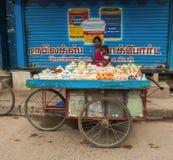 THANJAVOUR,印度- 2月14 :举行a的一名未认出的妇女 免版税库存图片