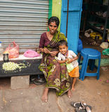 THANJAVOUR,印度- 2月14 :有chil的一名未认出的妇女 免版税库存照片