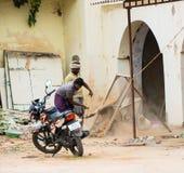 THANJAVOUR, ÍNDIA - 14 DE FEVEREIRO: Um homem indiano não identificado peneira Imagens de Stock Royalty Free