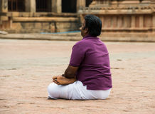 THANJAVOUR, ÍNDIA - 14 DE FEVEREIRO: Um homem indiano não identificado senta-se Imagem de Stock
