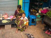 THANJAVOUR, ÍNDIA - 14 DE FEVEREIRO: Uma criança não identificada e um wom Fotos de Stock
