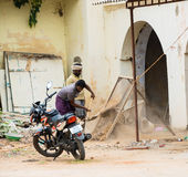 THANJAVOUR, ΙΝΔΙΑ - 14 ΦΕΒΡΟΥΑΡΊΟΥ: Ένα μη αναγνωρισμένο ινδικό άτομο κοσκινίζει Στοκ εικόνες με δικαίωμα ελεύθερης χρήσης