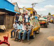 THANJAVOUR, ΙΝΔΙΑ - 13 ΦΕΒΡΟΥΑΡΊΟΥ: Μη αναγνωρισμένοι άνδρες και γυναίκα ρ Στοκ Φωτογραφίες