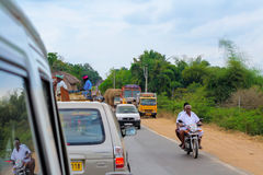 THANJAVOUR, ΙΝΔΙΑ - 13 ΦΕΒΡΟΥΑΡΊΟΥ: Τα μη αναγνωρισμένα ινδικά άτομα είναι Στοκ Φωτογραφία