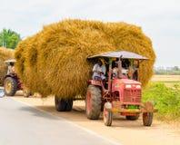 THANJAVOUR, ИНДИЯ - 13-ОЕ ФЕВРАЛЯ: Индийские сельские люди остановленные на Стоковые Фотографии RF