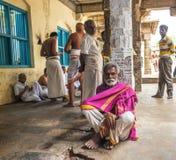 THANJAVOUR, ИНДИЯ - 14-ОЕ ФЕВРАЛЯ: Неопознанные индийские люди Стоковые Изображения
