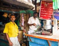 THANJAVOUR, INDIA - FEBRUARI 13: Een niet geïdentificeerde Indische mens giet Stock Foto