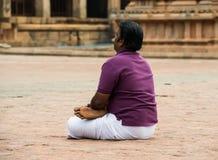 THANJAVOUR, INDIA - FEBRUARI 14: Een niet geïdentificeerde Indische mens zit Stock Afbeelding