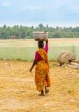 THANJAVOUR, INDIA - FEBRUARI 13: Een niet geïdentificeerde Indische vrouw binnen Royalty-vrije Stock Afbeeldingen