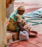 THANJAVOUR, INDIA - FEBRUARI 14: Een niet geïdentificeerde Indische vrouw i Stock Afbeeldingen