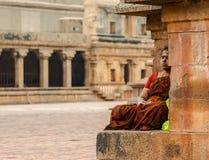 THANJAVOUR INDIA, LUTY, - 14: Niezidentyfikowana Indiańska kobieta wewnątrz Obrazy Stock