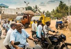 THANJAVOUR INDIA, LUTY, - 13: Niezidentyfikowani Indiańscy jeźdzowie r Fotografia Stock