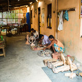 THANJAVOUR INDIA, LUTY, - 13: Niezidentyfikowani mężczyzna robią tradit Zdjęcia Stock