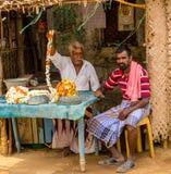 THANJAVOUR INDIA, LUTY, - 13: Niezidentyfikowany indyjski mężczyzna sitt Obrazy Stock