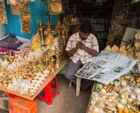 THANJAVOUR INDIA, LUTY, - 14: Niezidentyfikowany mężczyzna czyta n Obraz Stock