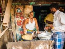 THANJAVOUR INDIEN - FEBRUARI 13: En oidentifierad indisk manfrie Royaltyfri Foto