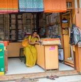 THANJAVOUR INDIEN - FEBRUARI 14: En oidentifierad kvinna i tradit Royaltyfria Bilder