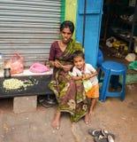 THANJAVOUR INDIEN - FEBRUARI 14: En oidentifierad kvinna med chil Royaltyfri Foto