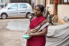 THANJAVOUR INDIEN - FEBRUARI 14: En oidentifierad kvinna som rymmer c Fotografering för Bildbyråer