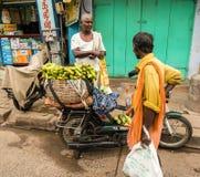 THANJAVOUR INDIEN - FEBRUARI 14: En oidentifierad person är staen Arkivfoton