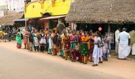 THANJAVOUR INDIEN - FEBRUARI 13: Oidentifierade kvinnor i tradit Arkivfoto