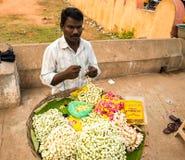 THANJAVOUR, LA INDIA - 13 DE FEBRERO: Un hombre no identificado hace un lepisosteus Foto de archivo