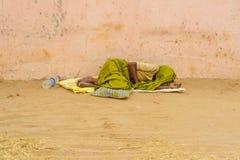 THANJAVOUR, LA INDIA - 13 DE FEBRERO: Una persona india no identificada i Fotos de archivo libres de regalías