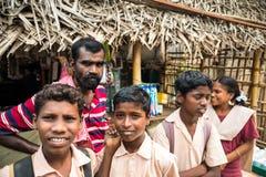 THANJAVUR, ИНДИЯ - 13-ОЕ ФЕВРАЛЯ: Неопознанные ребеята школьного возраста стоковые фото