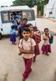 THANJAVUR, ИНДИЯ - 14-ОЕ ФЕВРАЛЯ: Ребеята школьного возраста получают с шины Стоковое Изображение