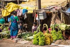 14 thanjavur-FEBRUARI: Verkopers van bananen Stock Foto's