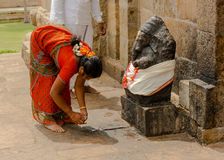 THANJAVUR INDIA, LUTY, - 13: Indiańska kobieta w krajowym kostiumu Fotografia Stock
