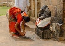 THANJAVUR, INDIEN - 13. FEBRUAR: Indische Frau im nationalen Kostüm Stockfotografie