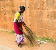 THANJAVUR INDIEN - FEBRUARI 14: En oidentifierad indisk kvinna in Royaltyfri Foto