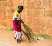 THANJAVUR, LA INDIA - 14 DE FEBRERO: Una mujer india no identificada adentro Foto de archivo libre de regalías