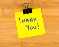 Thank you sticky note on wooden background Royalty Free Stock Photography