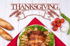 thanksgiving Σπιτική ψημένη ολόκληρη Τουρκία στον ξύλινο πίνακα Παραδοσιακή ρύθμιση γευμάτων εορτασμού ημέρας των ευχαριστιών στοκ εικόνα