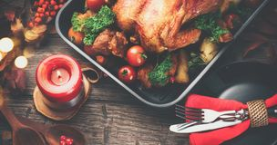 thanksgiving Cena del día de fiesta Tabla servida con el pavo asado Imagenes de archivo