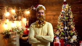 Thanksgiving day en Kerstmis Uitdrukking en mensenconcept - mens met grappig gezicht over Kerstmisachtergrond Kerstmis stock footage