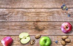 Thanksgiving day met appelen, okkernoten en bessen op een oude houten achtergrond Dankzegging met seizoengebonden bessen en vruch Stock Foto's