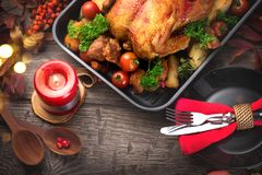 thanksgiving Feiertagsabendessen Tabelle mit gebratenem Truthahn Lizenzfreie Stockbilder
