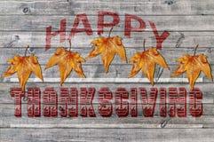 Thanksgiving heureux rouge sur le fond en bois avec la feuille brune Photos stock