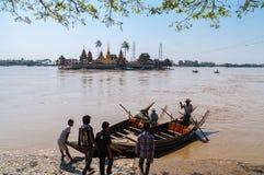 Thanlyin, το Μιανμάρ - 20 Φεβρουαρίου 2014: Yele Paya, να επιπλεύσει π Στοκ Εικόνα