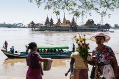 Thanlyin, Myanmar - Februari 20, 2014: Yele Paya, het drijven p Royalty-vrije Stock Afbeelding