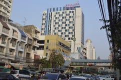 Thanon Phetchaburi路街道视图在Sukhumvit曼谷泰国 免版税图库摄影