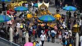 Thao Maha Phrom o Lord Brahma al santuario di Erawan per la gente che prega a Bangkok video d archivio