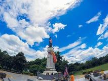 Thao Suranari statua z pięknym niebem przy Thao Suranari parkiem, zakaz Nong Sarai, Pak Chong, Nakhon Ratchasima, Tajlandia Fotografia Stock